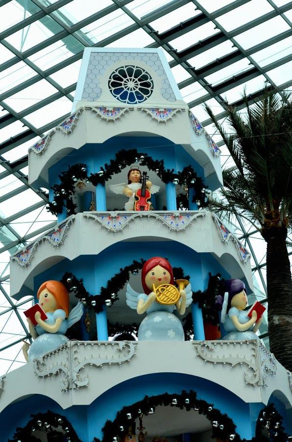 Julänglar och garneringar på jätte modellerar inomhus kakan Singapore royaltyfri fotografi
