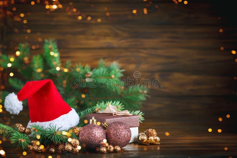 Jul övervintrar bakgrund, en tabell som dekoreras med granfilialer, och garneringar lyckligt nytt år glad jul royaltyfri bild