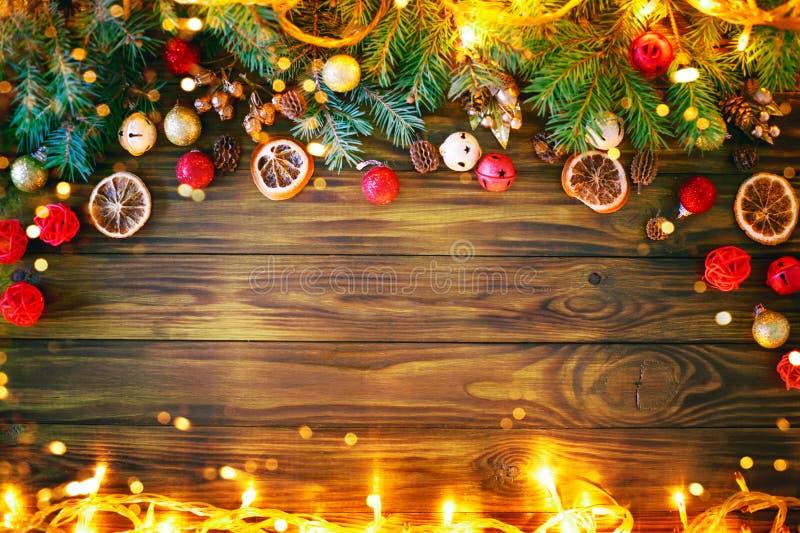 Jul övervintrar bakgrund, en tabell som dekoreras med granfilialer, och garneringar lyckligt nytt år glad jul arkivbilder