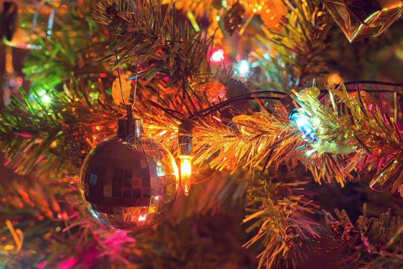 Jul bakgrund, dekorerat julträd arkivbild