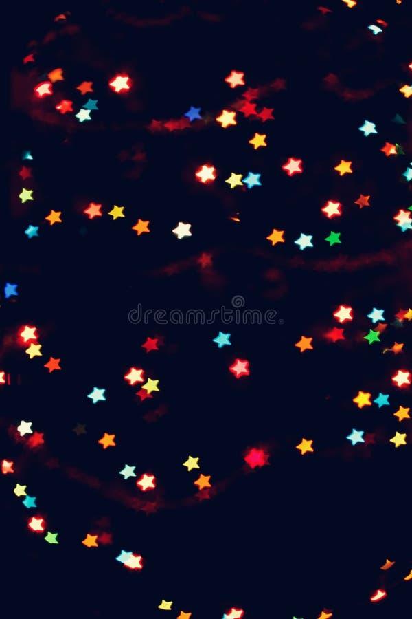 Jul bakgrund för det nya året med härlig stjärnabokeh av den färgrika girlanden tänder royaltyfri foto