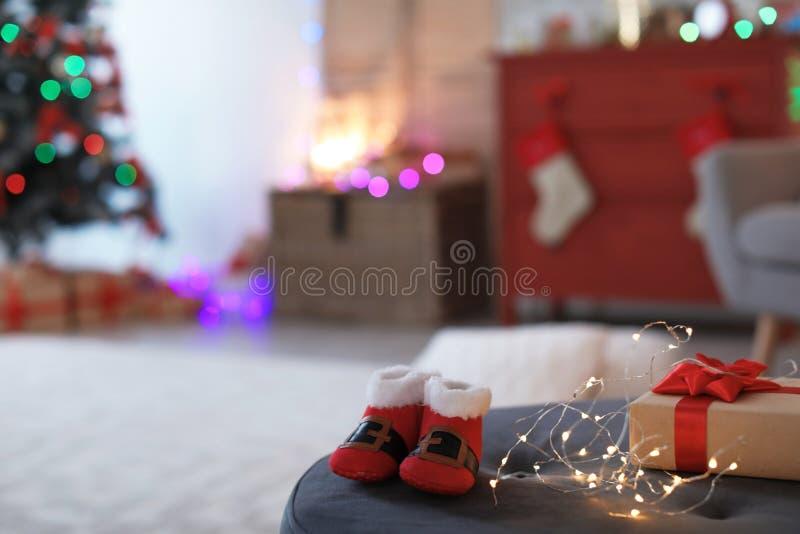 Jul behandla som ett barn skor, den elektriska girlanden och gåvaasken royaltyfria bilder