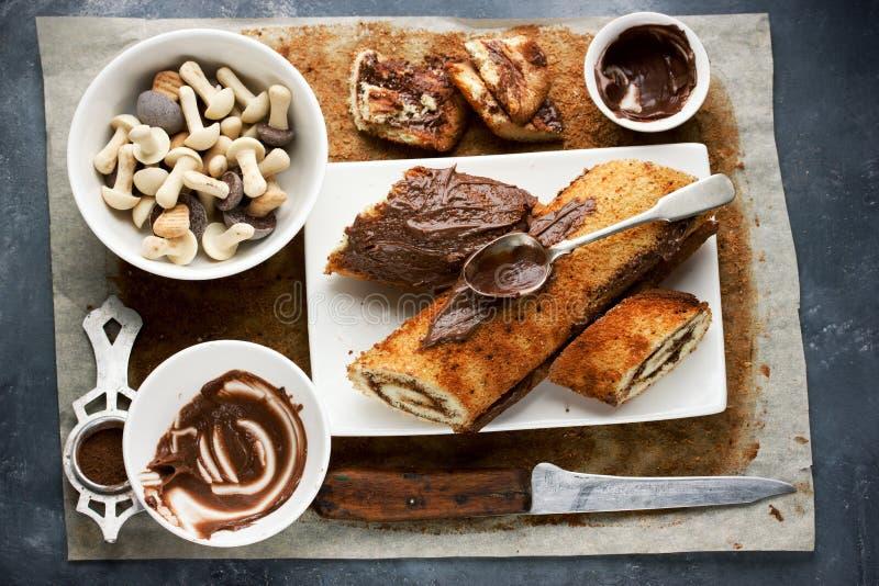 Jul Bush de Noel - hemlagad cookin för kaka för chokladyulejournal royaltyfri foto