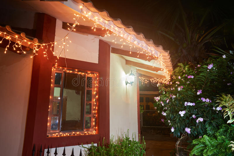 Jul dekorerade fönstret i hus fotografering för bildbyråer