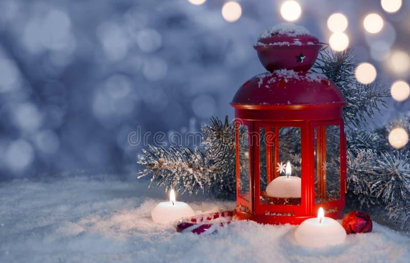 Jul dekorerade lyktan och stearinljus på snö med kopieringsutrymme arkivbilder