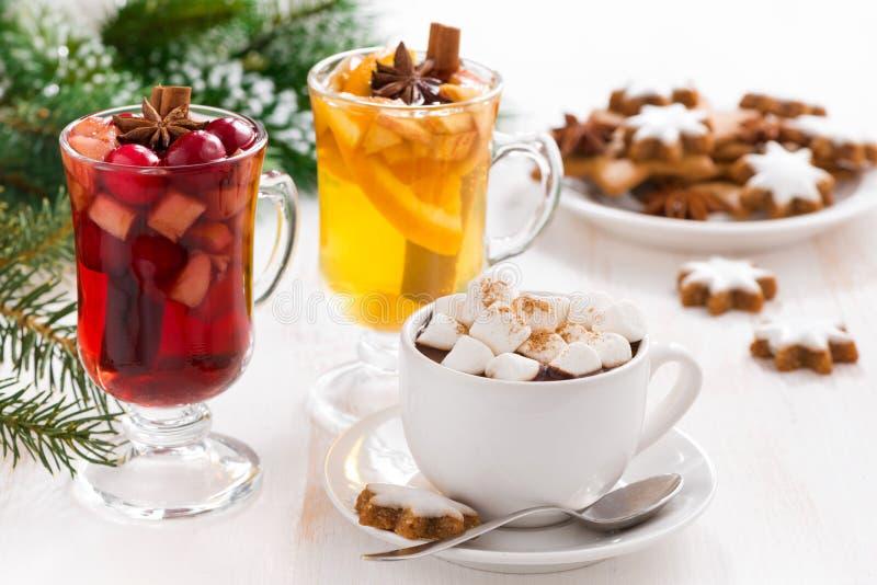 Jul dricker - varm choklad med marshmallowen, funderat vin royaltyfria foton