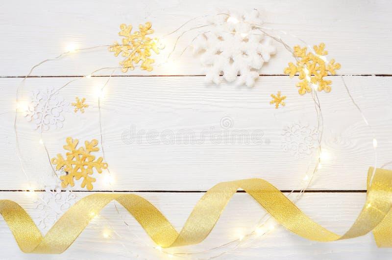 Jul eller sammansättning för nytt år julgåvor och garneringar i guld- färger på vit bakgrund Ferie och arkivfoton