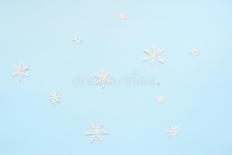 Jul eller vintersammans?ttning Snöflingor på pastellfärgad blå bakgrund Jul vinter, begrepp f?r nytt ?r Lekmanna- l?genhet arkivbilder