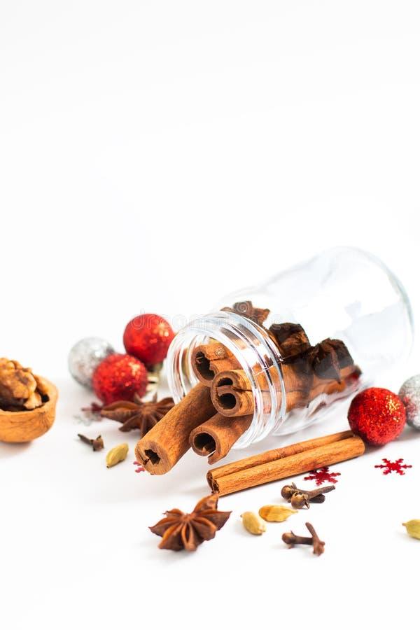 Jul för feriematbakgrund kryddar stjärnaanis, kryddnejlikor och arkivfoto