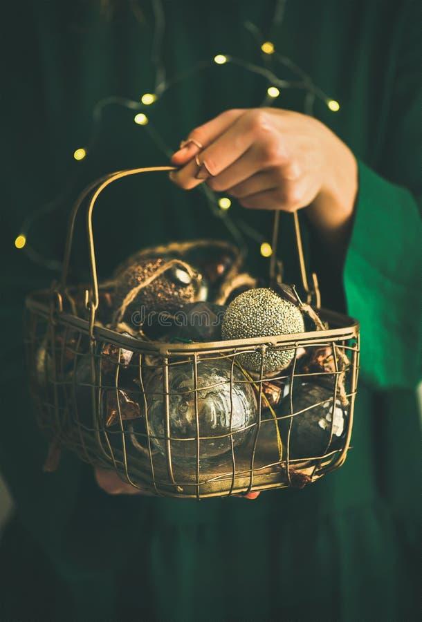 Jul för trädtappning för nytt år leksaker i händer av kvinnan arkivfoton