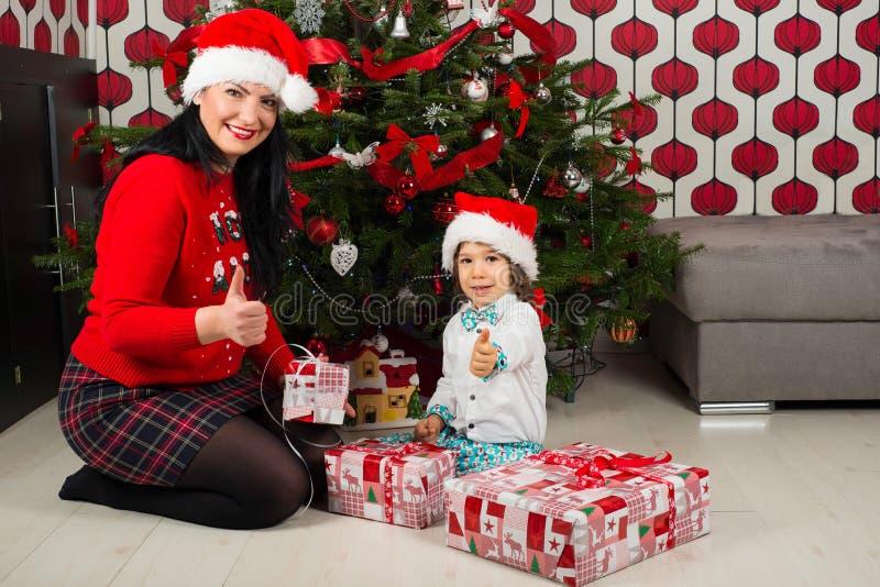 Jul fostrar och sonen royaltyfria foton