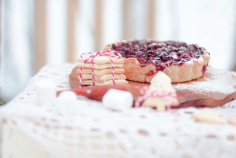 Jul frukosterar portionförslag med bärpajen och kakor arkivbilder