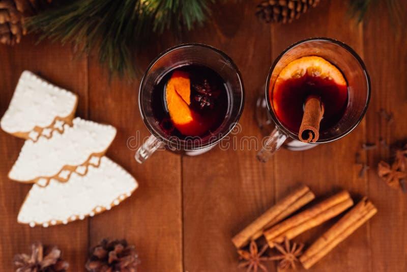 Jul funderade vin med kryddor royaltyfria foton