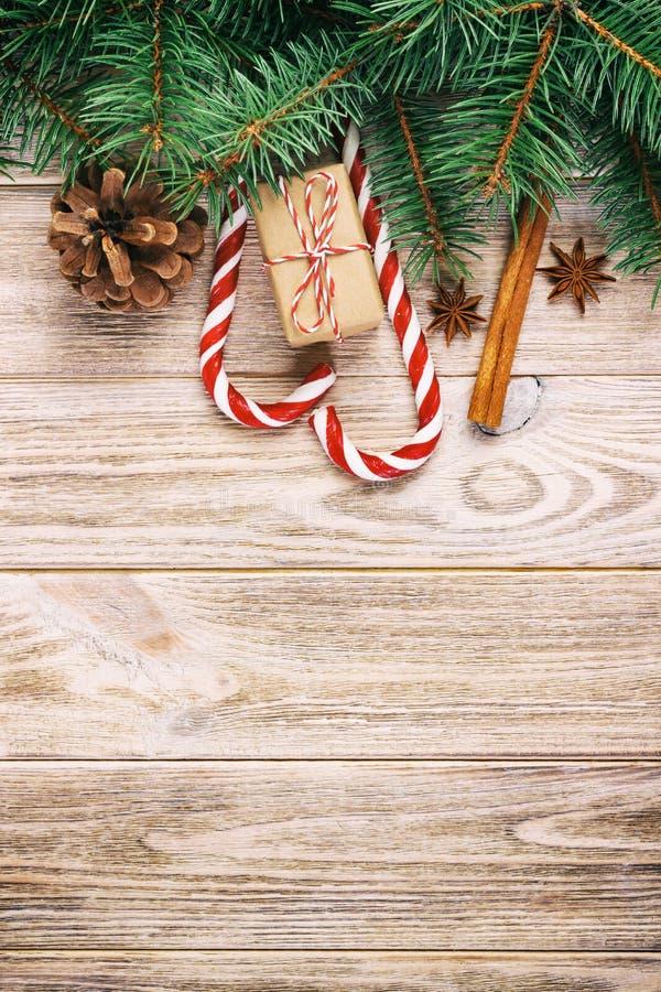 Jul gåva, godisrottingar och snöflingor på en trälantlig tappningbakgrund royaltyfri bild