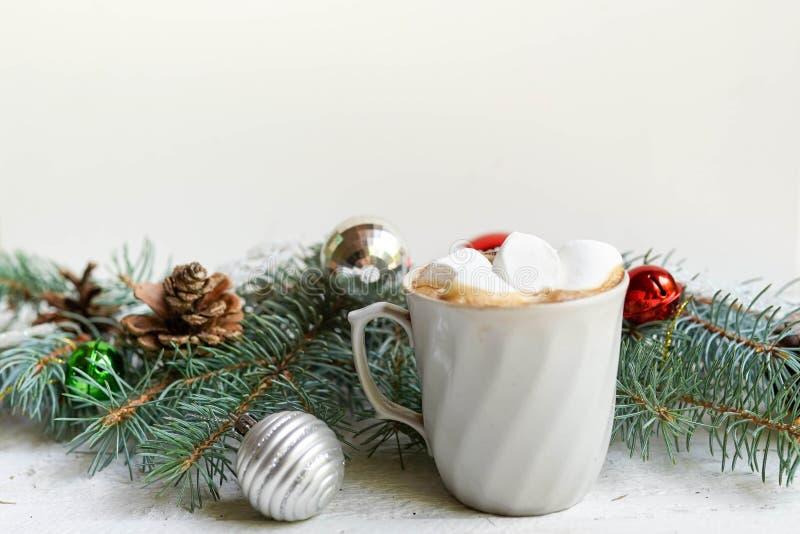 Jul, garnering för nytt år och kopp kaffe på vit bakgrund med kopieringsutrymme berömvinterkort royaltyfria bilder