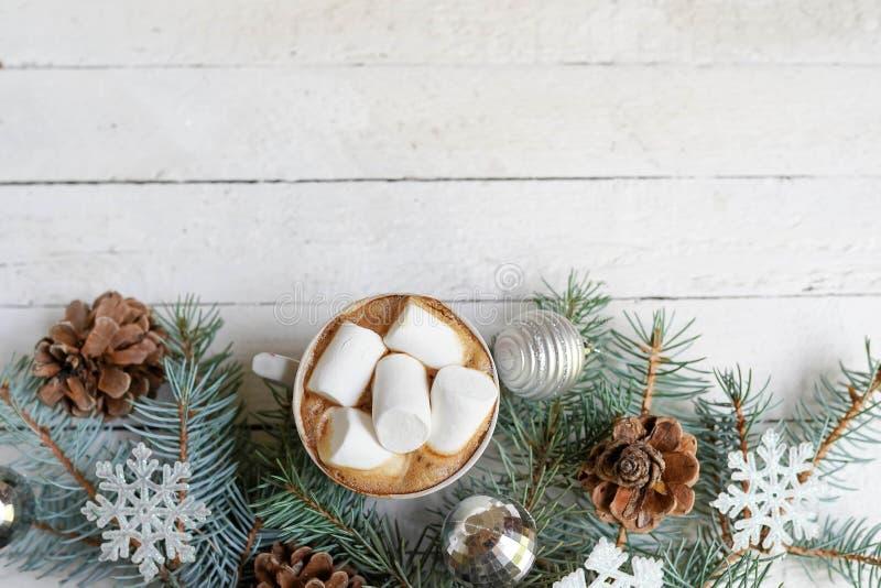 Jul, garnering för nytt år och kopp kaffe på vit träbakgrund med kopieringsutrymme berömvinterkort arkivbild