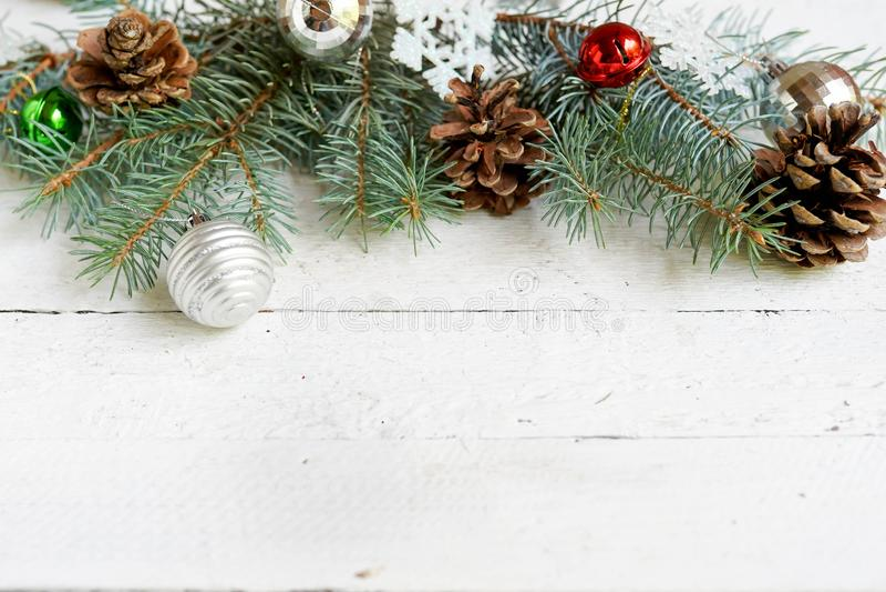Jul garnering för nytt år på vit träbakgrund med kopieringsutrymme Ber?mh?lsningkort royaltyfri fotografi