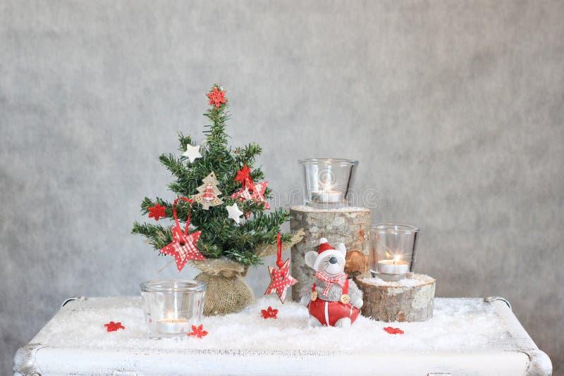 Jul grånar bakgrund med stearinljus och trädet royaltyfri fotografi