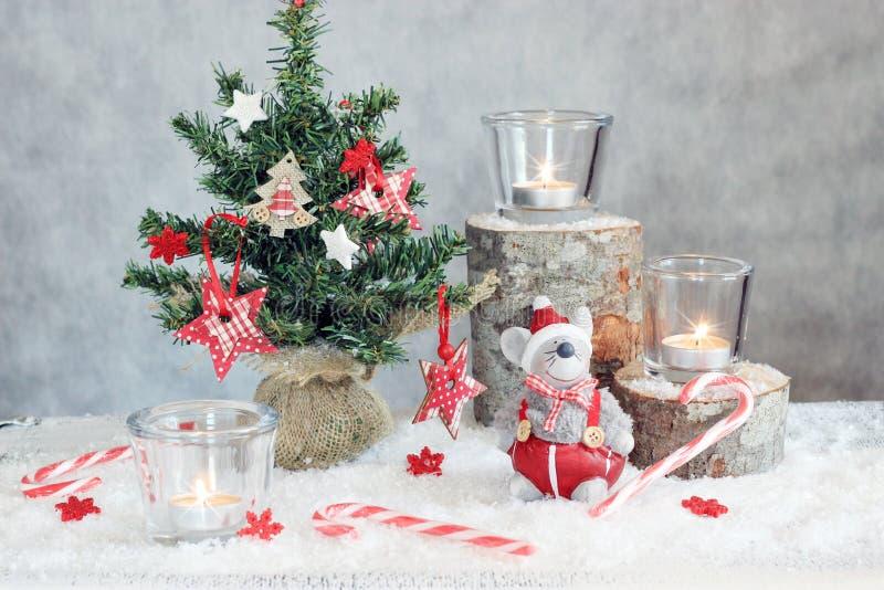 Jul grånar bakgrund med stearinljus och trädet royaltyfri bild