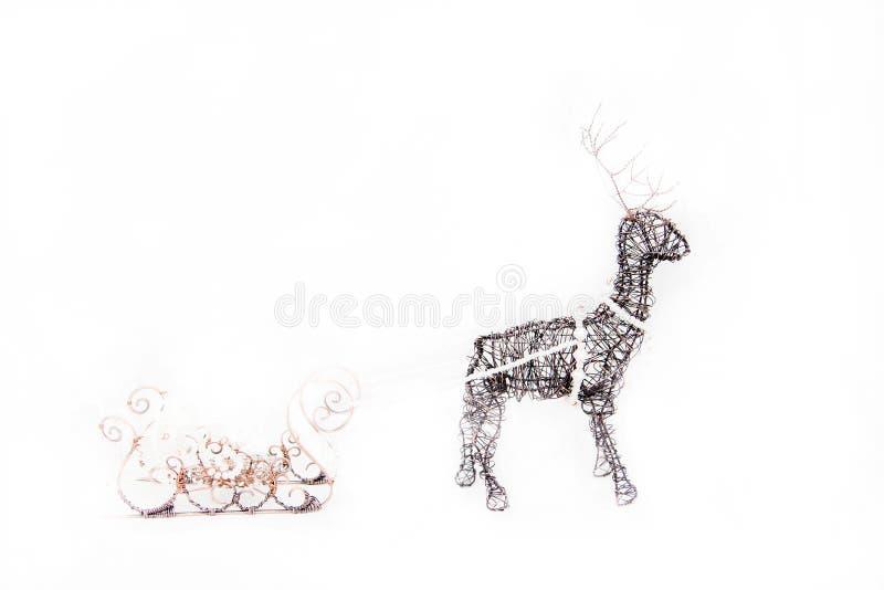 Jul hjortar och släde Handgjorda julgarneringar royaltyfri foto
