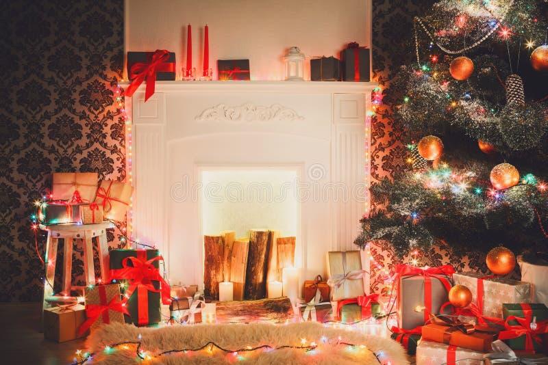 Jul hyr rum inredesignen, dekorerat träd i girlandljus royaltyfri bild