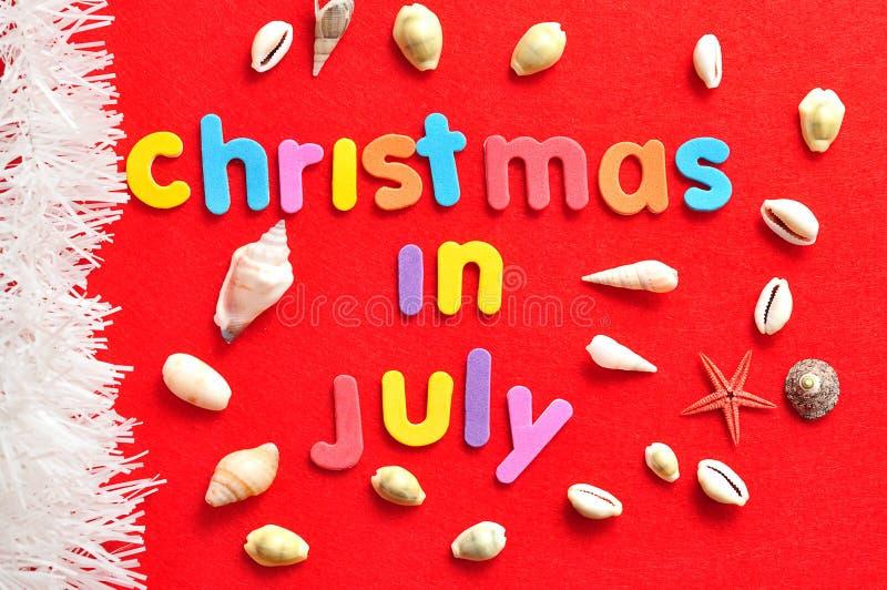 Jul i Juli med en samling av skal och en rad av vitt glitter arkivfoton
