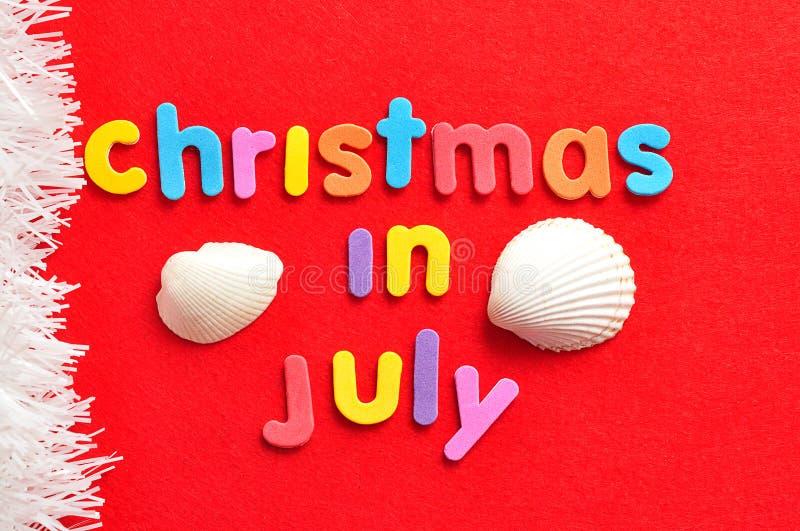 Jul i Juli med skal och en rad av vitt glitter royaltyfria foton