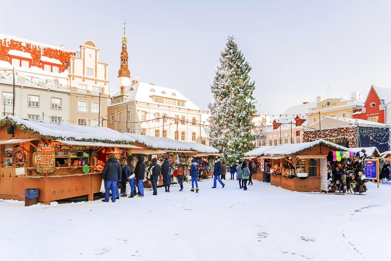 Jul i Tallinn Julgarnering av staden Hall Square arkivfoto