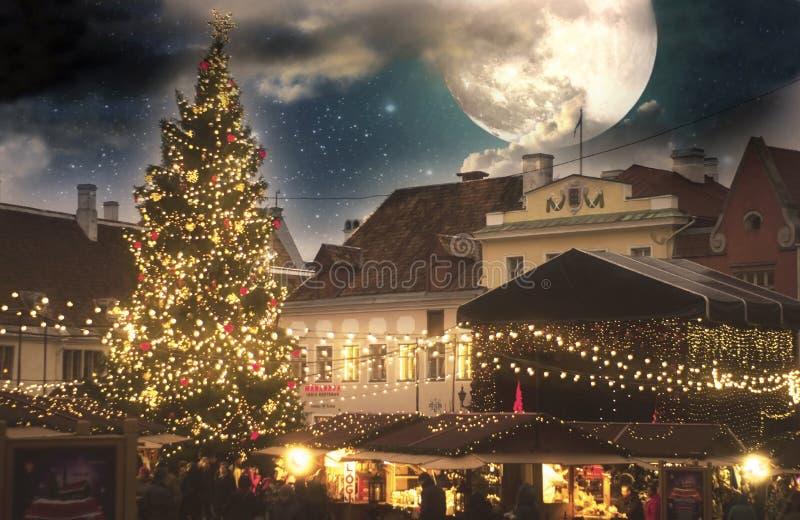 Jul i Tallinn Stad Hall Square med ganska jul arkivbilder