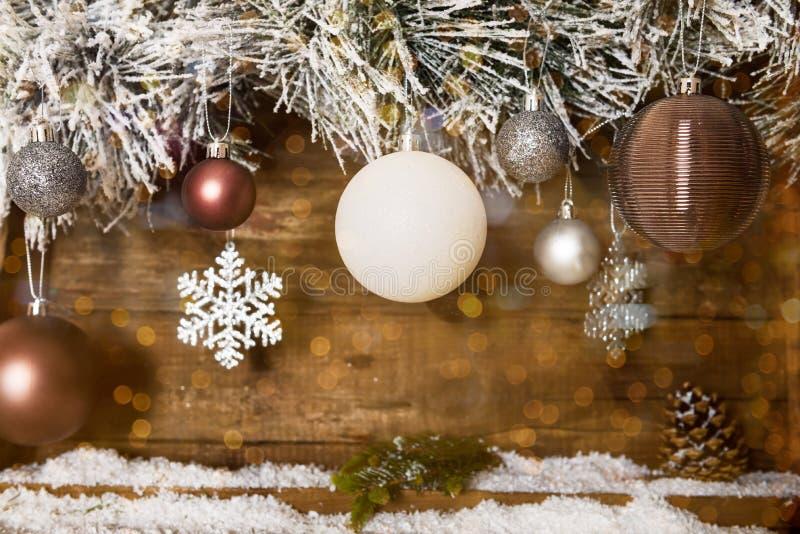 Jul inramar från snöig Xmas-trädfilialer och träCalenda arkivfoton
