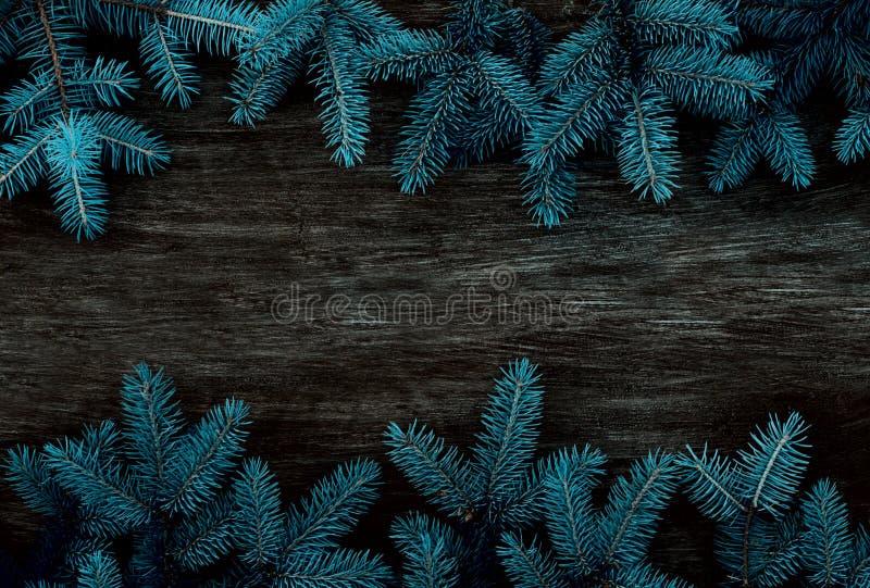 Jul inramar p? bakgrunden av julgranen, tema f?r nytt ?r arkivbilder
