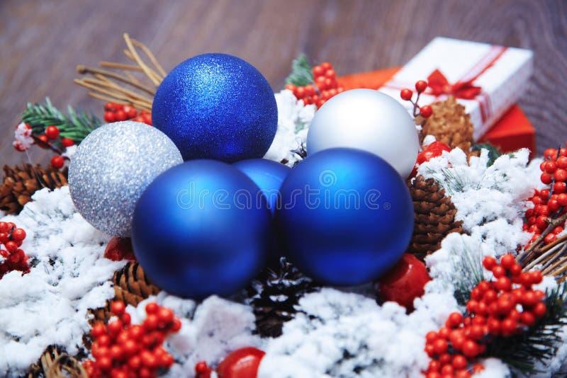 Jul krans och leksaker royaltyfri fotografi