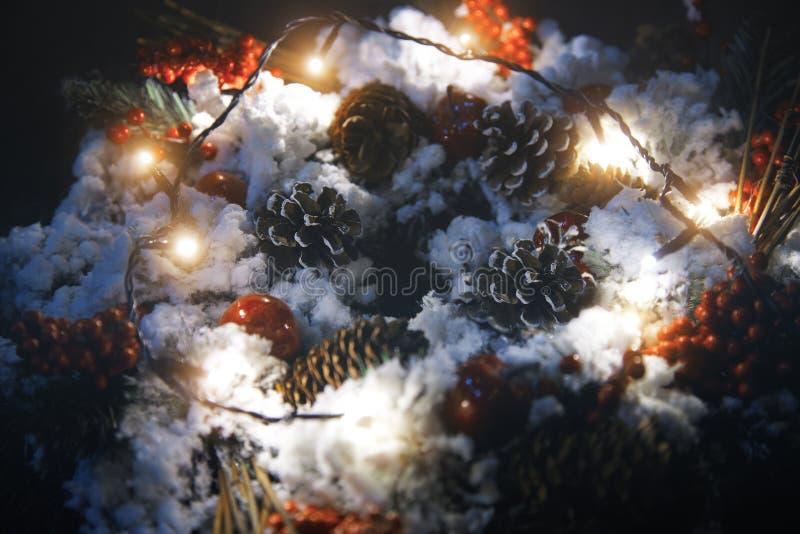 Jul krans och ljus arkivfoton