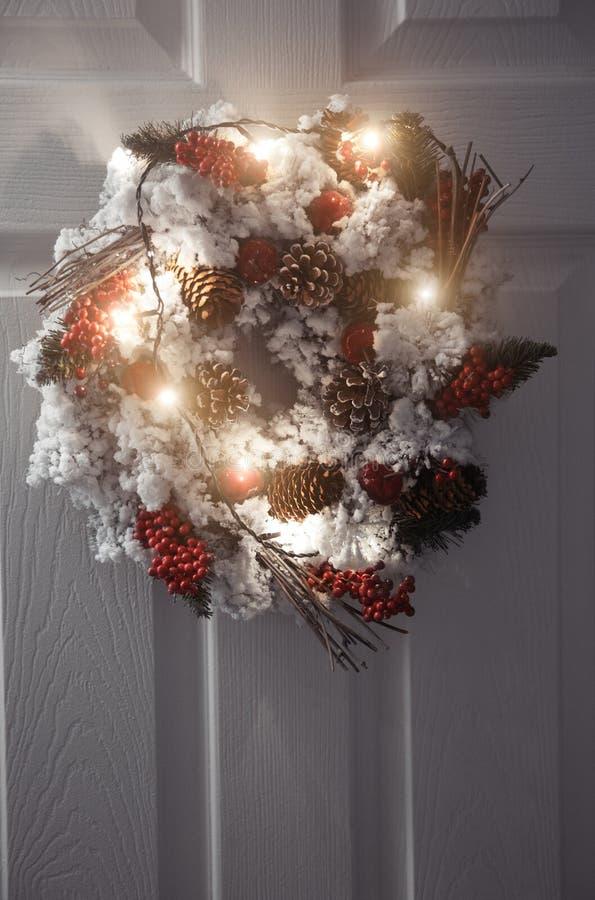 Jul krans och ljus royaltyfria foton