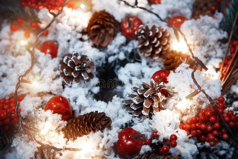 Jul krans och ljus arkivfoto