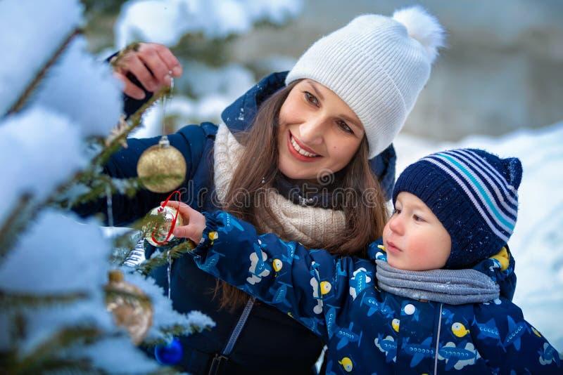 Jul Kvinna och barn i vinter i natur lycklig stående för familj royaltyfri bild