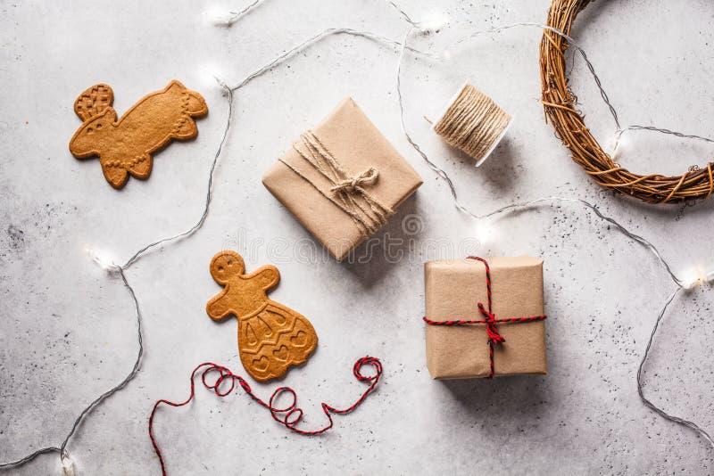 Jul lägger framlänges med gåvaaskar, girlanden och ingefärakakor vita r?da stj?rnor f?r abstrakt f?r bakgrundsjul m?rk f?r garner royaltyfria foton