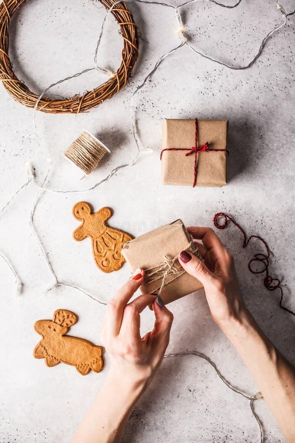Jul lägger framlänges med gåvaaskar, girlanden och ingefärakakor vita r?da stj?rnor f?r abstrakt f?r bakgrundsjul m?rk f?r garner arkivfoto