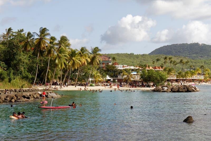29-JUL-2018 La Pointe du Anfall, Les Trois Ilets, Martinique, FWI - söndag på stranden royaltyfria foton
