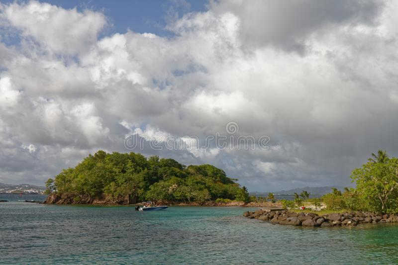 29-JUL-2018 La Pointe du Anfall, Les Trois Ilets, Martinique - söndag på stranden royaltyfri bild