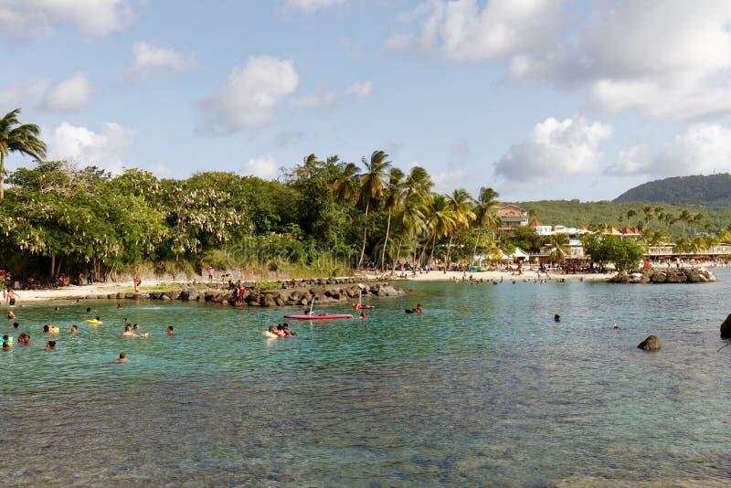 29-JUL-2018 La Pointe du Anfall, Les Trois Ilets, Martinique - söndag på stranden royaltyfri fotografi
