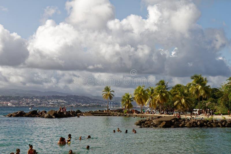 29-JUL-2018 La Pointe du Anfall, Les Trois Ilets, Martinique - söndag på stranden arkivbild