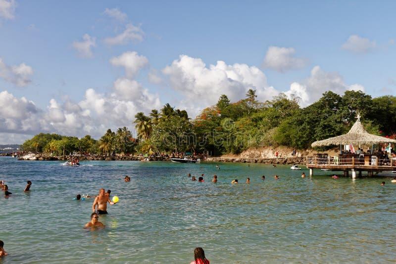 29-JUL-2018 La Pointe du Anfall, Les Trois Ilets, Martinique - söndag på stranden royaltyfria foton