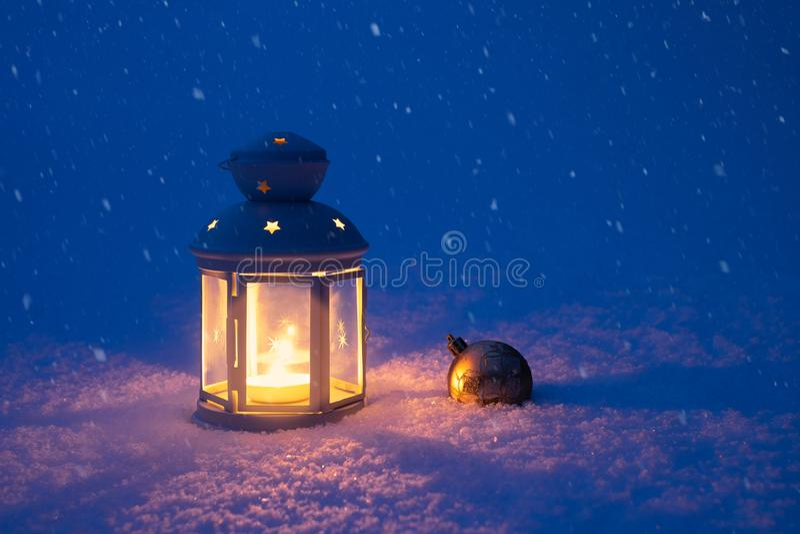 Jul lykta och leksak i snön royaltyfria bilder