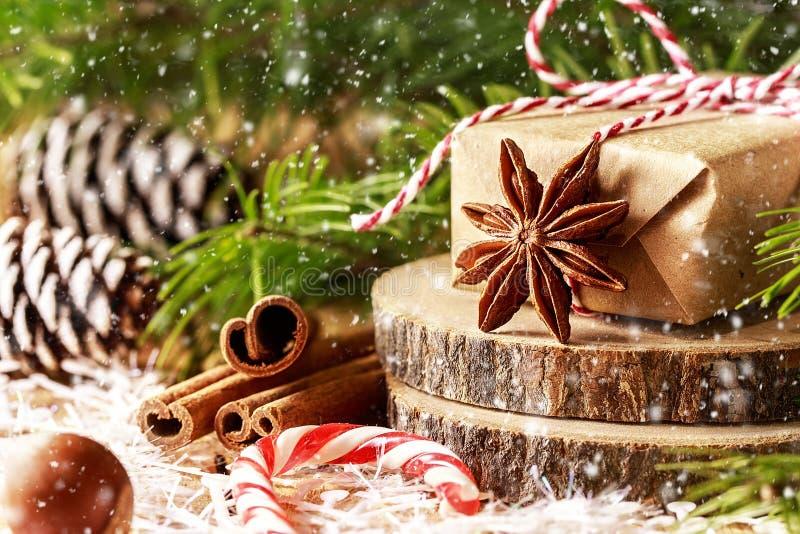 Jul mönstrar med snöflingor, granfilialer, julgåva arkivfoto