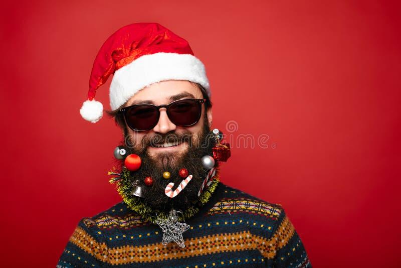 Jul man i jultomten hatt och solglasögon arkivfoto