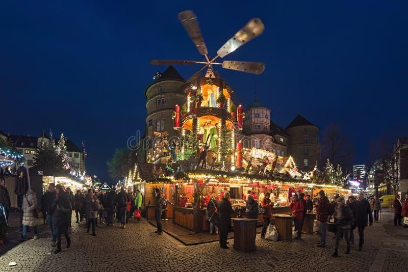 Jul marknadsför med den gamla slotten för julpyramiden nästan i Stuttgart, Tyskland royaltyfri fotografi
