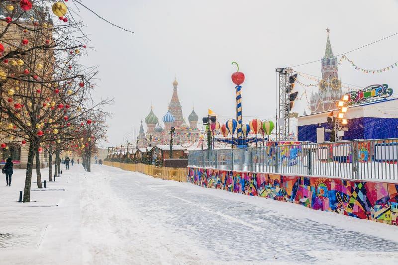 Jul marknadsför på den röda fyrkanten i snöig väder för Moskva arkivfoton