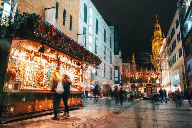 Jul marknadsför på Marienplatz i Munich, Tyskland royaltyfri bild