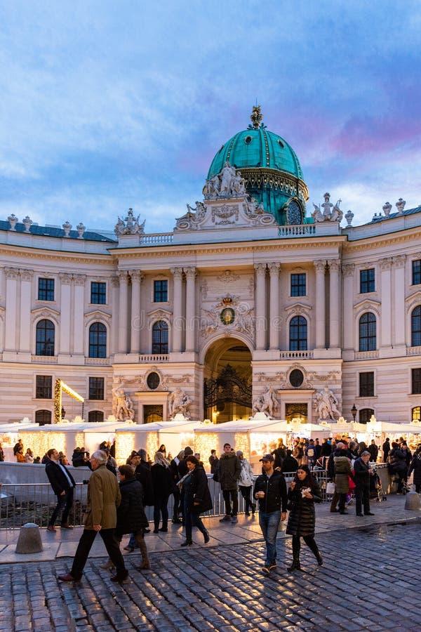 Jul marknadsför på Michaelerplatz, Wien, Österrike på solnedgången arkivfoton